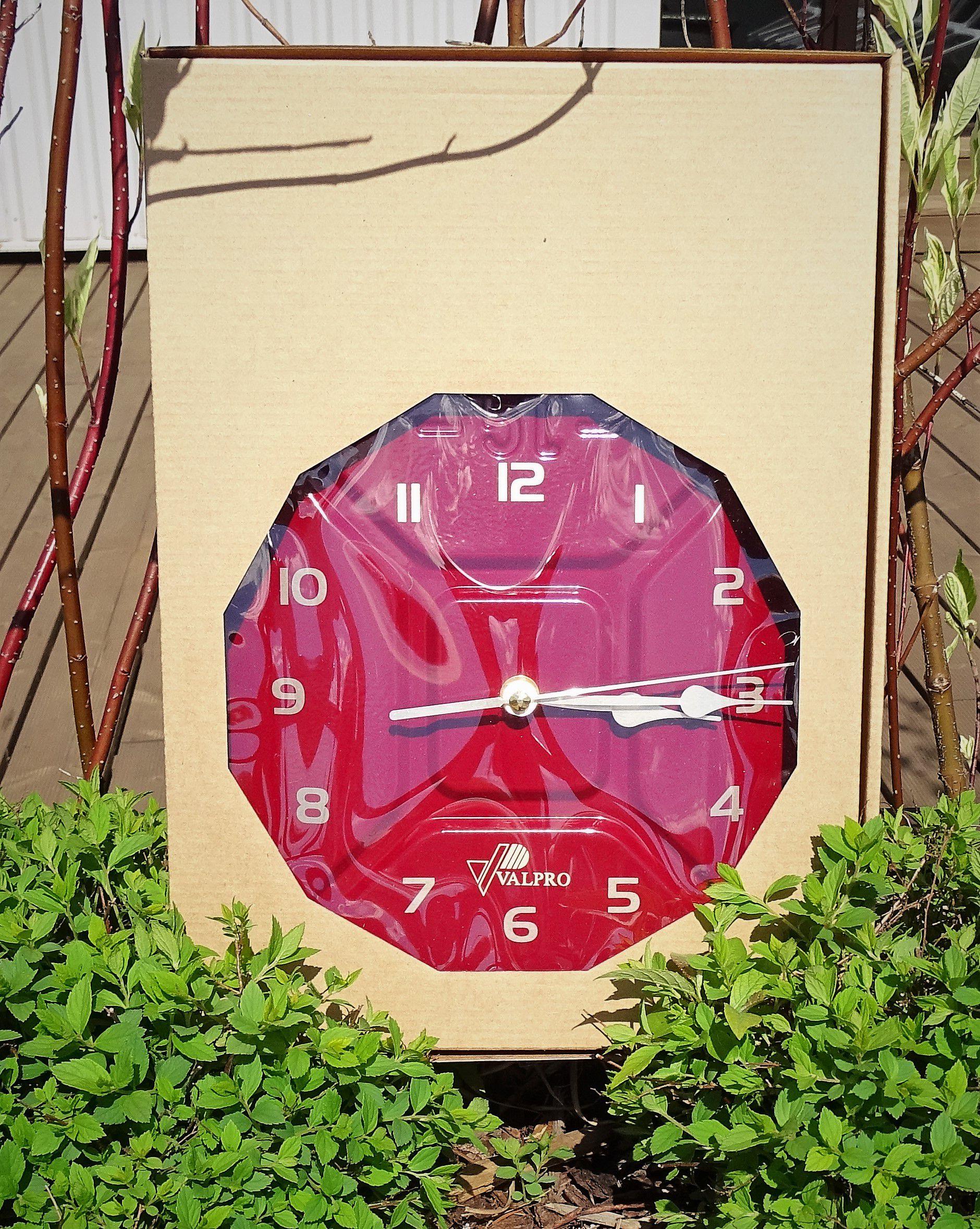 Sarkana dekoratīva degvielas kanna pulkstenis