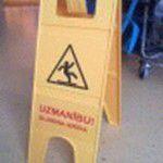 dzeltena brīdinājuma zīme par slidenu grīdu