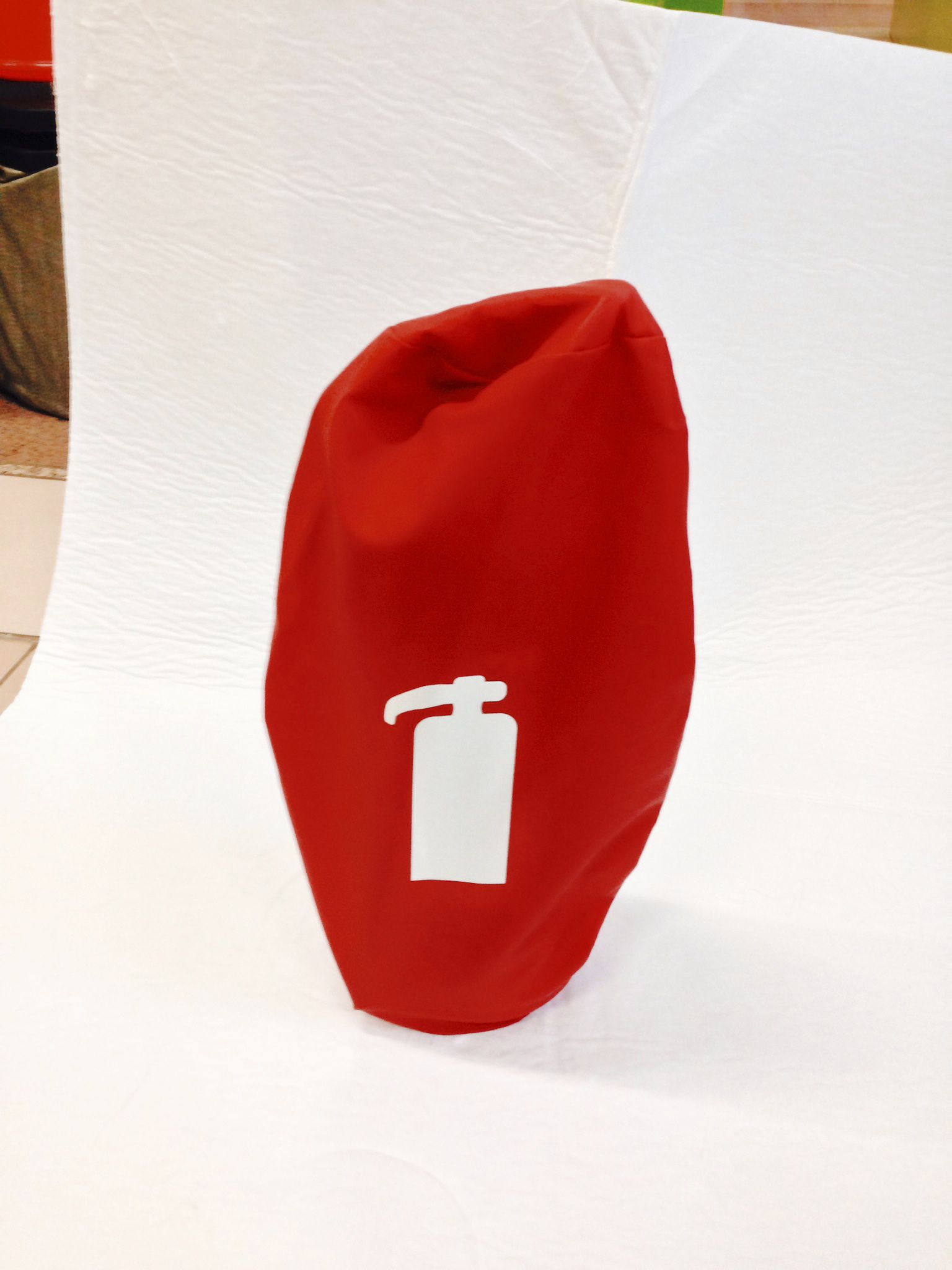 sarkans pārklājs ugunsdzēsības aparātam