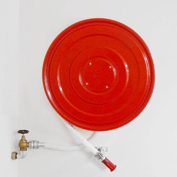 Sarkans ugunsdzēsības rullis ar šļūteni