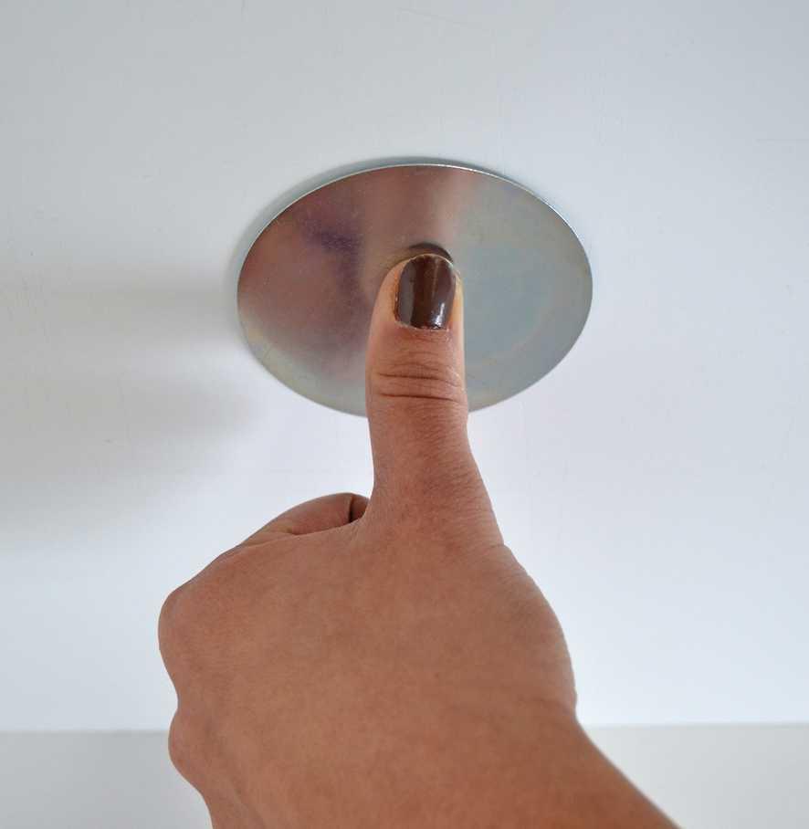 Magnēta piespiešana pie griestiem