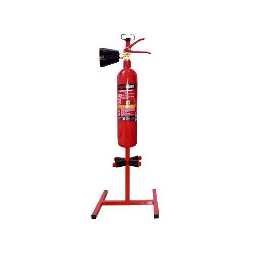 Sarkans statīvs diviem ugunsdzēsības aparātiem un ugunsdzēsības pārklājam